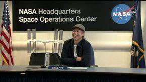 """Brad Pitt all'astronauta della Iss: """"Più credibile io o George Clooney""""?"""