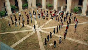 100 ragazzi cantano i Queen nel cortile del liceo: il medley è da brividi