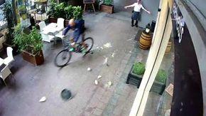 Cameriere travolto da un ciclista sotto i portici a Cuneo, la scena sembra comica ma non il finale