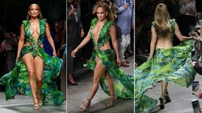 "Jennifer Lopez splendente a 50 anni per Versace con il  ""jungle dress"", il confronto con il vestito del 2000"