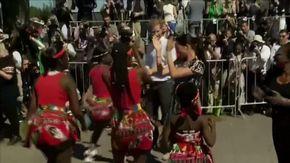 Harry e Meghan in Sudafrica con il piccolo Archie: la duchessa balla in strada a Città del Capo