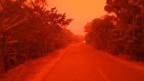 L'Indonesia come Marte, il cielo diventa rosso sangue
