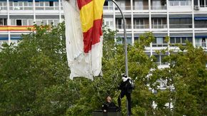 Paracadutista sbatte contro lampione a due passi dai Reali durante la festa nazionale