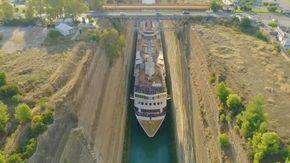 Manovra da brividi nel Canale di Corinto, la nave da crociera passa a malapena nello stretto