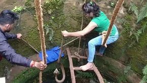 Il salvataggio estremo, donna si cala in un pozzo per salvare un cobra dal morso fatale