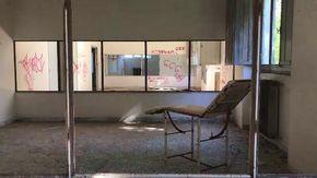 Nell'ospedale militare abbandonato a caccia di fantasmi tra barelle e attrezzature mediche