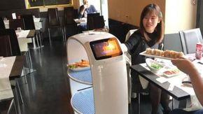 Ecco come lavora il primo cameriere robot che serve sushi a Torino e chiede anche permesso