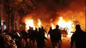 La guerriglia nella notte a Barcellona: la città messa a fuoco da centinaia di incendi