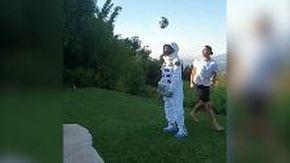 """Ibrahimovic, sombrero 'spaziale' all'astronauta: """"Ho portato il pallone sulla Luna"""""""