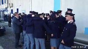 Il commovente abbraccio dei colleghi dei poliziotti uccisi a Trieste