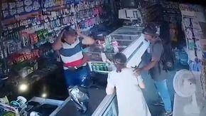 Rapina a mano armata dall'esito inaspettato, il ladro bacia l'anziana sulla fronte e rifiuta i suoi soldi
