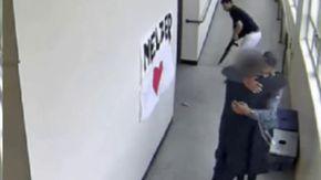 Studente tenta il suicidio con un fucile a scuola, l'allenatore lo disarma e lo salva con un abbraccio