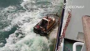 Mareggiata nel Savonese, il pilota del porto fatica a salire sul traghetto