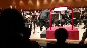 Colpo di scena in teatro, al direttore d'orchestra cascano i pantaloni
