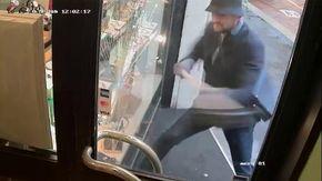Rapina in pieno giorno a Milano: in 18 secondi porta via i Rolex spaccando la vetrina a martellate