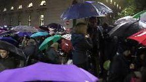 Milano, folla al presidio per Liliana Segre: i manifestanti cantano sotto la pioggia
