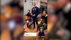 Vialli canta Battisti: il video dal ritiro della Nazionale