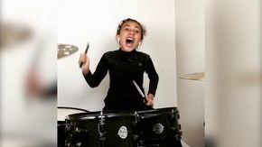 La baby batterista suona i Nirvana: il video dell'esibizione fa impazzire tutti comprese le rockstar