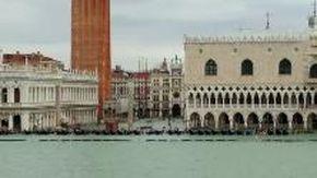 Acqua alta a Venezia, piazza San Marco sommersa vista dalla barca