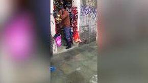 Acqua alta nei negozi del centro storico di venezia