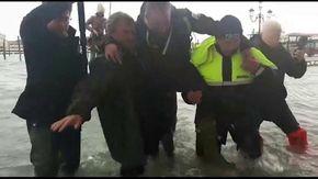 Venezia, il sindaco Brugnaro si improvvisa soccorritore in piazza San Marco