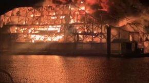 L'incendio spettacolare di due super yacht manda in fumo 20 milioni di dollari