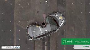 Schiantarsi a 75 km/h contro un albero, il crash test in slow motion è terrificante