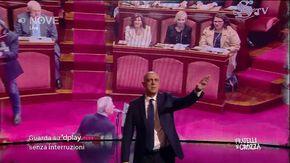 """Il monologo di Crozza: """"Ormai al Parlamento accade di tutto. È uno scandalo: come è possibile far cantare Minghi senza Mietta?"""""""