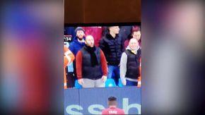Razzismo, tifoso imita gorilla a pochi metri dal giocatore: la reazione del Manchester City è esemplare