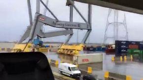 Drammatico schianto in porto di una nave portacontainer con enorme gru: l'attimo del disastro