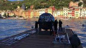 Portofino, arrivata la sfera luminosa opera di Rotelli