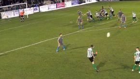"""Tira la punizione, la palla si impenna e beffa tutti: il gol """"maligno"""" è da fuoriclasse"""