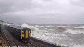 Gran Bretagna: la spaventosa forza delle onde del mare distrugge i vetri del treno