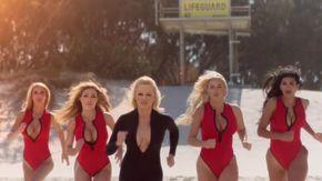 Pamela Anderson e l'iconica corsa di Baywatch: di nuovo bagnina per uno spot