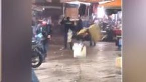 Napoli, ragazzini accerchiano e fanno indietreggiare 5 poliziotti