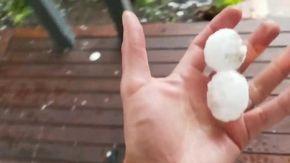 Australia, emergenza clima: le immagini della grandine gigante e della tempesta di polvere