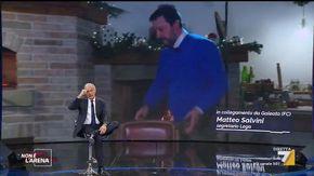 Salvini interrompe l'intervista in diretta tv per sfornare una würstel e funghi