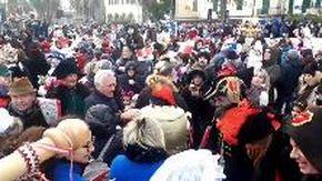 L'abbraccio dei Savonesi al Re del Carnevale Cicciolin