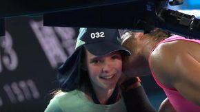 Australian Open, Nadal centra la raccattapalle e si scusa baciandola. Poi la battuta che fa ridere tutti