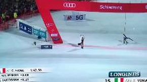 Coppa del Mondo di Sci: ragazza in costume taglia il traguardo dello slalom e 'beffa' Vinatzer