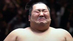 Lotta tra titani, stende l'avversario in 15 secondi: il lottatore di sumo non smette di piangere