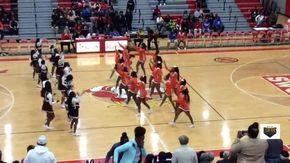 Provocazioni a colpi di danza tra cheerleader: scatta rissa furibonda tra le ragazze