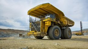 Il mega camion ribaltabile da 45 tonnellate ha un segreto nel cofano: il motore elettrico più grande del mondo