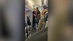 Sale a bordo del volo sbagliato: la hostess non crede ai propri occhi