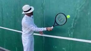 Federer lancia la una sfida di palleggi in solitaria con tanto di cappello e tira in mezzo CR7 e Messi