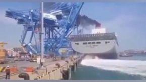 Corea del Sud, l'incidente è incredibile: nave abbatte una gru in porto