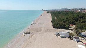 Nelle Marche si lavora per la apertura, le spiagge ancora deserte viste dal drone