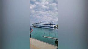 Puglia, paura alle isole Tremiti: il traghetto della Tirrenia finisce contro gli scogli