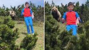 L'orso esce dai cespugli ma bimbo non perde calma, è salvo