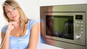 Come pulire un microonde incrostato in soli 4 minuti e senza sforzi: il trucco è di una mamma